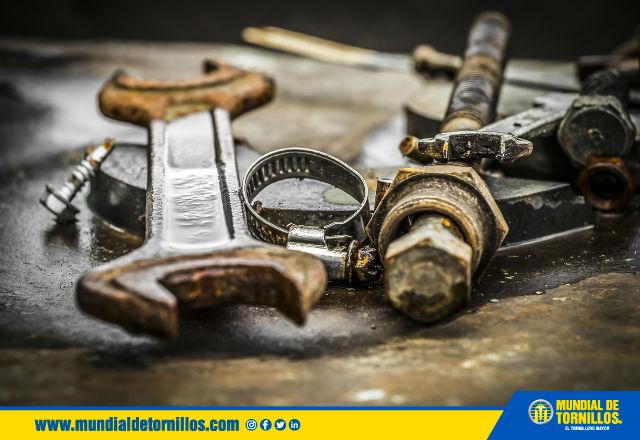 La corrosión se produce por el contacto entre el agua y el metal a nivel molecular.
