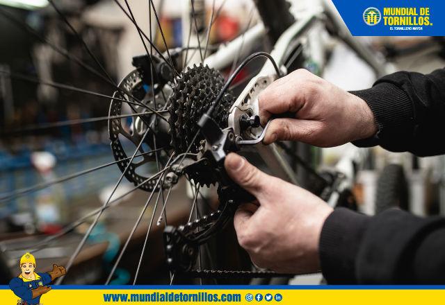 Es importante aplicar lubricante en la cadena de su bicicleta de manera constante.