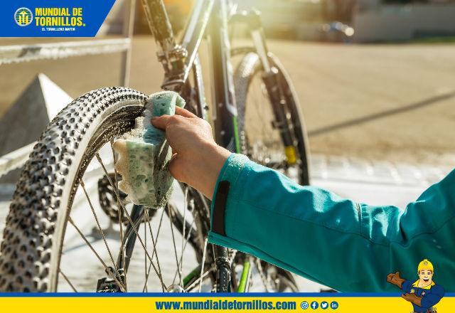 Es primer paso para limpiar a profundidad su bici con agua y jabón es aplicar desengrasante en las partes que se deben lubricar.