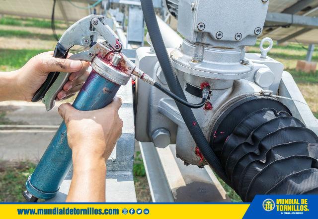 Las graseras tienen como función principal lubricar las diferentes maquinarias y garantizar protección contra la humedad y el desgaste.